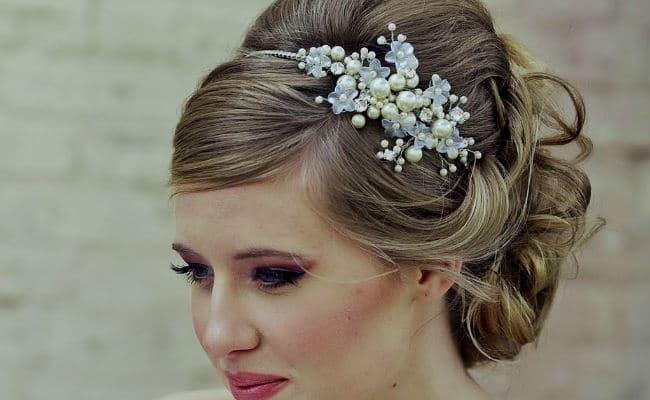 Peinado para una boda con pelo corto y flores