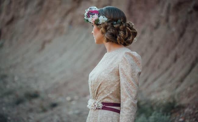 Pelo rizado para invitadas de boda