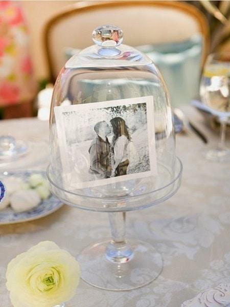 Fotos de novios en la mesa mesa de invitados
