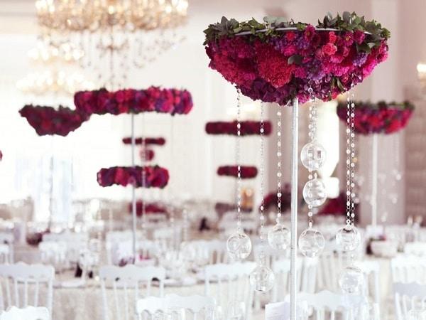 Mesas con flores en el centro