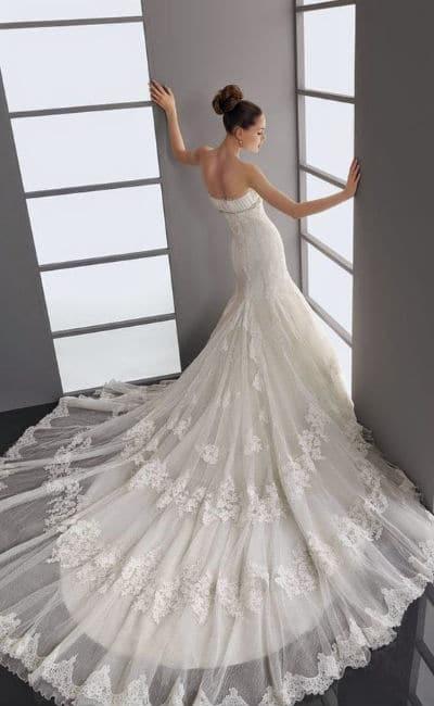 Vestido de novia con cola larga