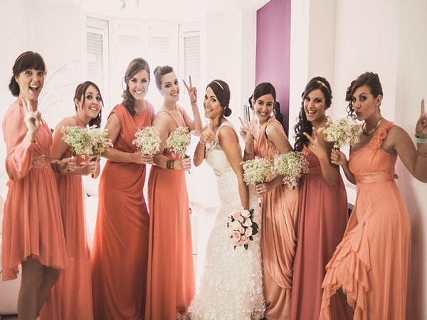 Vestidos corales para acompañar a la novia