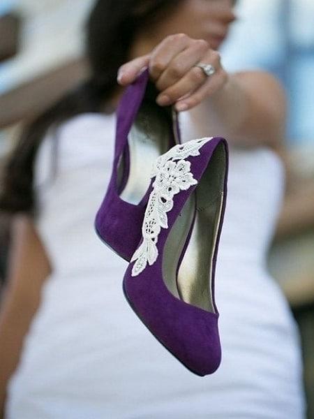 luce este zapato color morado para novia