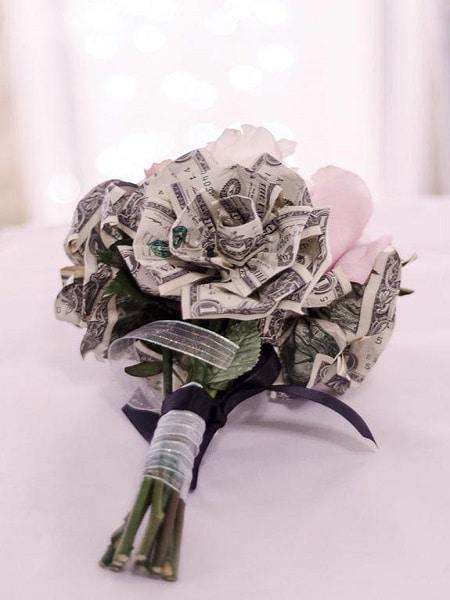 ramo de flores con dinero